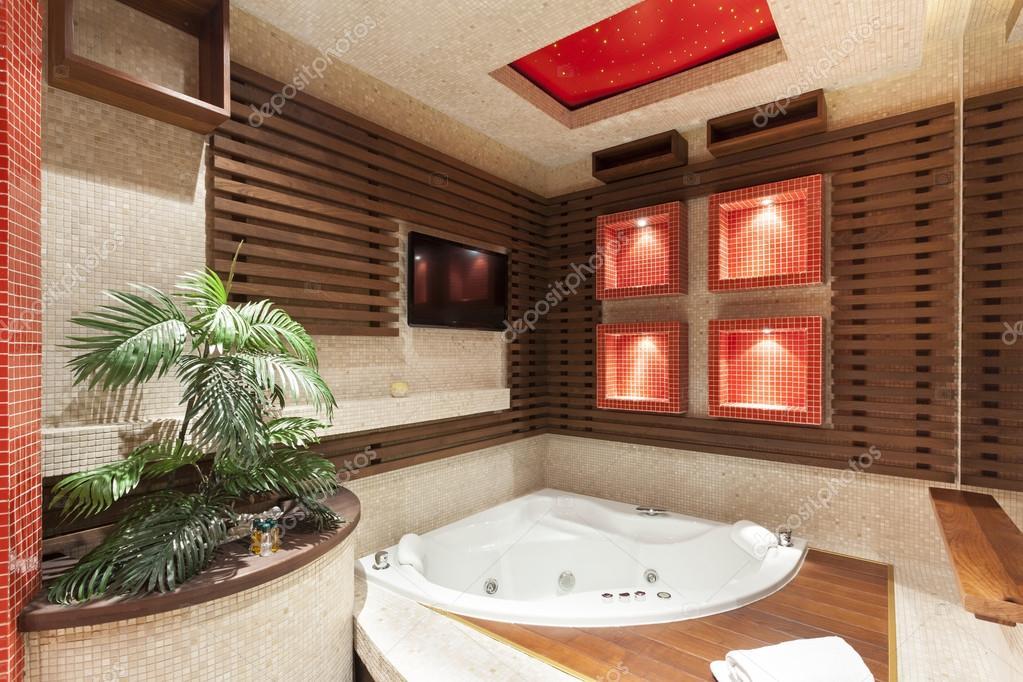 Whirlpool in einem Luxusbadezimmer — Stockfoto © rilueda #52772889