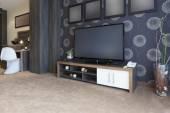 Velká televize v moderní domácnosti — Stock fotografie