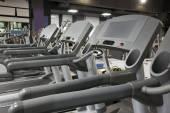 Bieżnie w siłowni — Zdjęcie stockowe