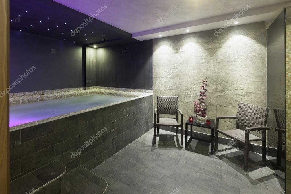 int rieur dune salle de bain avec jacuzzi au centre de spa. Black Bedroom Furniture Sets. Home Design Ideas