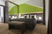 モダンなベッドルームのインテリア — ストック写真