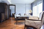Suite de Hotel com mobiliário de estilo clássico — Fotografia Stock