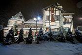 Фасадом на зимнюю ночь — Стоковое фото