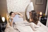 Para zabawy w łóżku, człowiek daje kobieta prezent — Zdjęcie stockowe