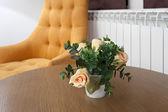 Flowers on table in hotel room — Foto de Stock