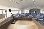 Pódio de discurso na moderna sala de conferências — Fotografia Stock