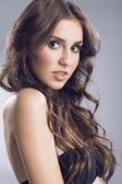 Porträtt av en vacker tjej med lockigt hår — Stockfoto