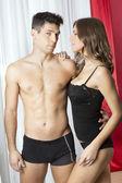 Sexy Paar in Unterwäsche, Mann, Blick in die Kamera — Stockfoto