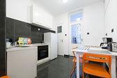 Kök och matsal i liten lägenhet — Stockfoto