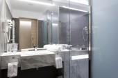 Elegant hotel bathroom sink — Zdjęcie stockowe