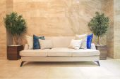 Sofa in building corridor — ストック写真