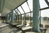 Lounge chairs on poolside of indoors pool — 图库照片