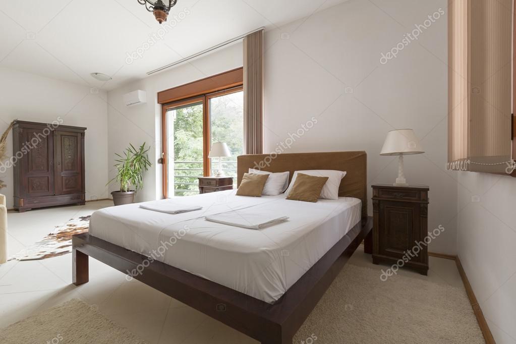 현대적인 호텔 침실 인테리어 — 스톡 사진 © rilueda #95341306