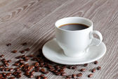 Filiżankę kawy na drewnianym stole. — Zdjęcie stockowe