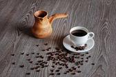 Gliny garnek przy filiżance kawy. — Zdjęcie stockowe