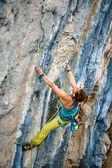 Alpinista escalando um penhasco — Fotografia Stock