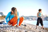 Girl plays on the sea beach — Stock Photo