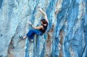 Kletterer klettern auf einer klippe — Stockfoto