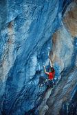 崖を登るロック ・ クライマー — ストック写真