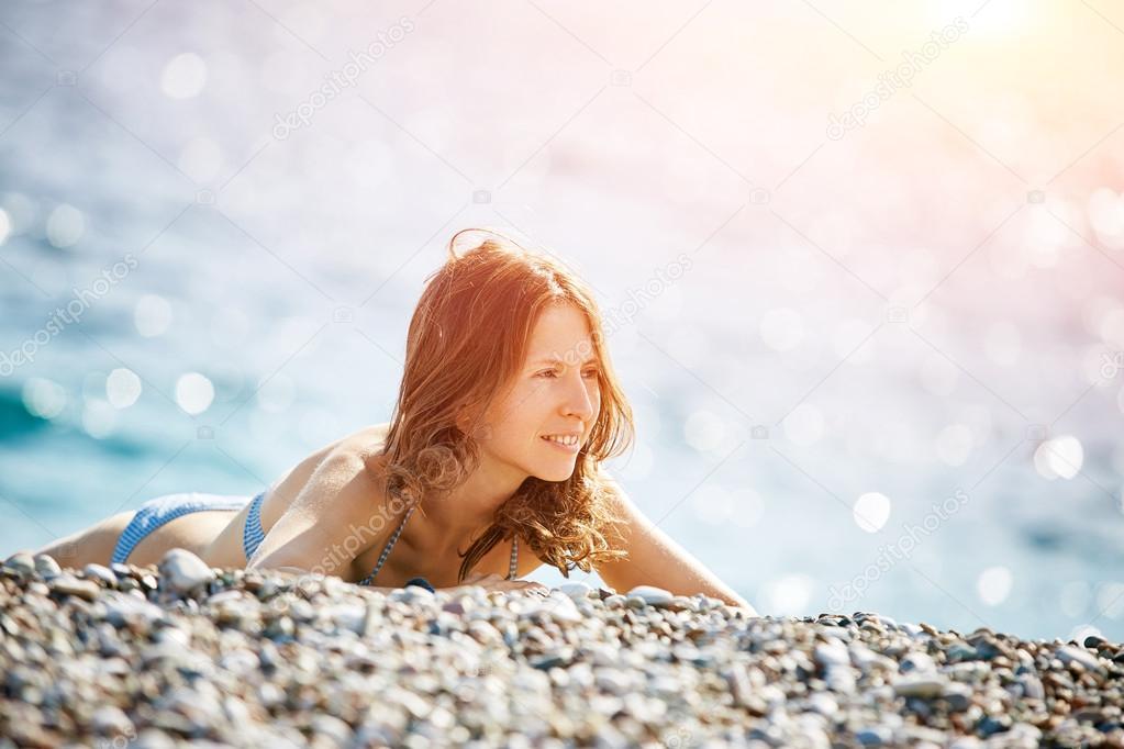 Девушка на пляже у моря фото