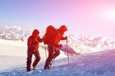 Туристы на вершине перевала — Стоковое фото