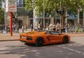 Oranje supercar Lamborghini op de stad straat in Berlijn — Stockfoto