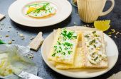 Crisp Crispbread with cheese spread with chives and Crisp Crispbread with curd cheese spread chives and seeds — Stock Photo