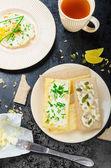 Biscotes crujiente con queso se diseminan con cebollino y biscotes crujiente con queso requesón ciboulette y semillas — Foto de Stock