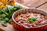 Spicy cowboy beans with hassleback potatoe with herbs — Foto Stock