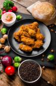 Spicy breaded chicken wings with homemade bread — Stockfoto