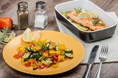 Salmone al forno con timo e verdure mediterranee — Foto Stock