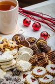 Świąteczne ciasteczka i świeże herbaty — Zdjęcie stockowe