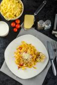 Homemade tagliatelle with garlic and cherry tomatoes — Stock Photo