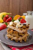 Belgische Waffeln mit Schokolade-Chips und Früchten — Stockfoto