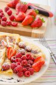 Crêpes, réduction de balsamique maison et fruits frais — Photo