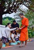 Ritual diario de monjes de budista de la recogida de limosnas y ofrendas — Foto de Stock