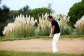 Golfista muž hraje na krásné golfové hřiště v létě — Stock fotografie