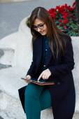 Young businesswoman sitting outdoors — Stok fotoğraf