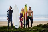 Surfers jongens permanent op het strand — Stockfoto