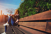 Woman on the bench enjoying nature — Stockfoto