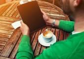 Mann, sitzend am Tisch mit Kaffee — Stockfoto