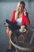 Podnikatelka na mobilním telefonu — Stock fotografie