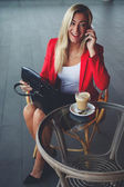 Geschäftsfrau gespräch am mobiltelefon — Stockfoto