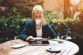 Businesswoman while coffee break — Stock Photo