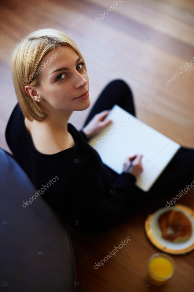 Vrouw tekening op het papier — Stockfoto © GaudiLab #73328801