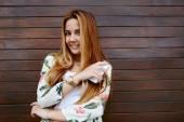 Mulher jovem hippie com smartphone — Fotografia Stock