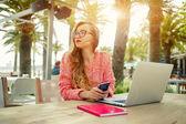 Kobiece freelancer pracuje na zewnątrz — Zdjęcie stockowe