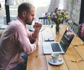 Male freelancer work on laptop computer — Stockfoto