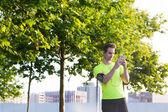 Deportista utiliza su teléfono móvil — Foto de Stock