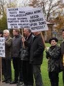 RIGA, LATVIA OCTOBER 16,2014 Civil people are voting against Nazi in Ukraine beside academy of science in October 16, 2014 Riga, Latvia — Foto Stock